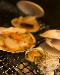 鮮度抜群の魚介も炭火焼きで。磯の芳ばしい香りがたまりません