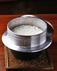 《羽釜で炊く》 佐渡のコシヒカリを天満天神水を用いて羽釜で