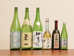 お料理に合う日本酒やワインを 取り揃えています