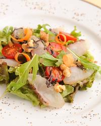 明石鯛など地元の魚や食材を使用した メニューもございます