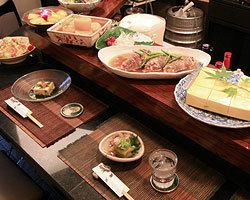 カウンターには、 その日のお惣菜が並びます