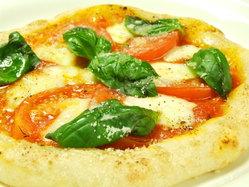 ピザはほのかに甘く、冷めてもおいしい自家製生地です♪