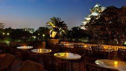 【テラス】 貴賓室のテラスからは、ライトアップされた大阪城
