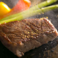 【ステーキ】 プロの技で肉汁を閉じ込め、ジューシーに