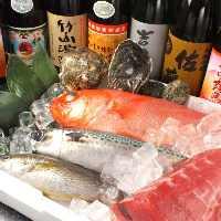 大阪中央市場から地場漁港から取り寄せた新鮮な魚介の数々。