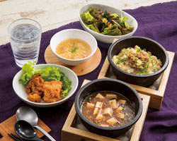 人気上昇中の石焼炒飯セットは、うれしい5品つきで満福♪