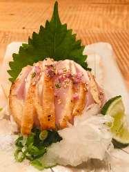 淡海地鶏のたたきポン酢は軽く炭で炙った逸品
