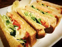 15食限定の胚芽パン野菜サンド!フルーツ、ドリンク付ワンコイン