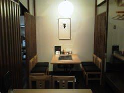 テーブル席は大人気!3卓しかないのでご予約はお早めに!