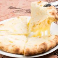とろ~りとろける美味しさ!チーズナンは人気メニューのひとつ