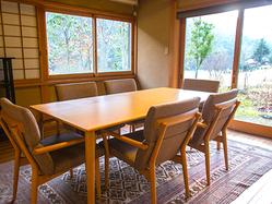 窓から風景が楽しめるテーブル席