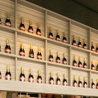 オープンキッチンの上部にはずらりと並ぶワインボトルが♪