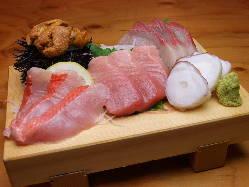獲れたての新鮮で珍しいお魚を使った名物お刺身盛り合わせです!