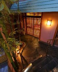 大阪・西区 緑豊かな靭公園前 ビル地階の落ち着いた佇まい
