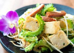 うちなーんちゅのスタッフが調理する沖縄料理。