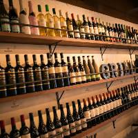 店内にズラリと並ぶワイン トータル100種以上ございます
