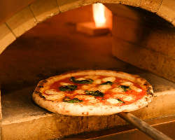 本場のピッツェリアさながらの大きな窯で、丁寧に焼き上げます