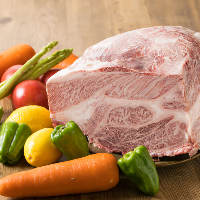 生産者から直接仕入れた塊肉をご提供前に丁寧に手切りしています
