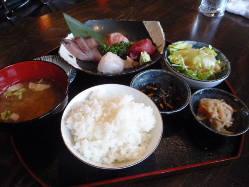ランチの刺身定食です。ご飯、みそ汁、サラダ、小鉢が2種類。