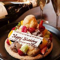 メッセージ付きケーキもご用意可能。お祝いの席を彩ります。