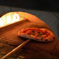 《石釜で焼く本格ピッツァ》 自家製生地のもちもち食感が癖に!