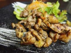 奈良代表鶏の『大和肉鶏』の直火焼き。 地酒との相性も◎