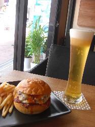 ハンバーガーに本場のビールを。アメリカンを味わいください♪