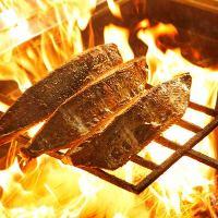 高温の藁焼きで、皮目をパリっと焼き上げます!
