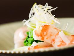 素材の合わせに遊び心…「極上の車海老と海老芋」