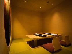 山水画を彷彿させる意匠が施された、趣き深い個室です。