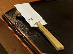 塗の盆と胡麻竹の箸を揃え、折り目正しく客人を迎える