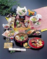 旬の食材を使った当店自慢の会席料理。冠婚葬祭各種会合にも