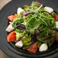 野菜ソムリエのオーナーが選りすぐって仕入れる瑞々しい野菜