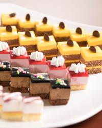 《デザート色々》 カラフルなプチケーキもバイキングスタイルで