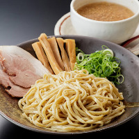 自家製麺とスープが絡み合う『ごま味噌つけ麺』はも人気の一品