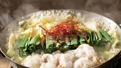 当店自慢のおいしい醤油スープでつくった『近江牛のもつ鍋』