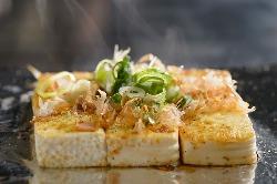 鉄板焼きに合う京豆腐を 特性のタレに絡めた 自慢の一品