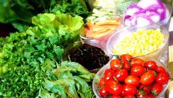 〈新鮮野菜〉 地元滋賀県の農家から採れたて野菜を仕入れます
