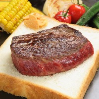 贅沢な国産和牛のステーキ。ガーリックトースト付きで大好評!