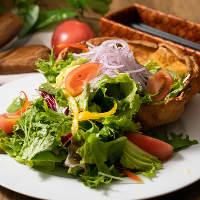 色鮮やかな季節野菜もたっぷりと。お料理に彩りを加えます