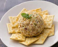 <チーズボール> 数種類のチーズと様々な旬の素材を楽しめます