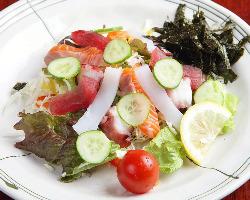 ヘルシーな魚介サラダ