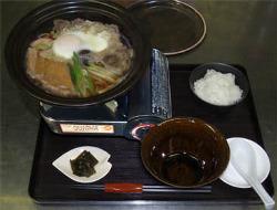 上質の近江牛肉と、特製のお揚げを煮込んだ鍋焼きうどん
