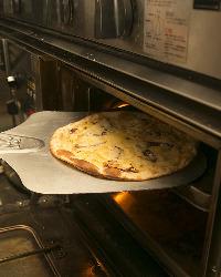 自家製ピザはローマ風のクリスピータイプ