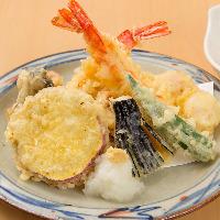 さっくり衣の天ぷらはアンデスの塩に付けて、熱々をどうぞ。