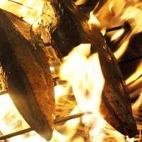 藁焼きは炙ると同時に煙で燻されるので香ばしい香りが広がります