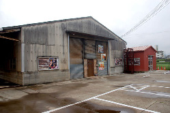 倉庫を改装した店内はまさに大人の隠れ家です