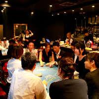 二次会は新郎新婦も一緒に参加してカジノゲームで大盛り上がり♪