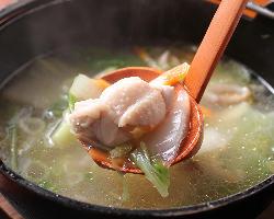 鶏の旨味が凝縮した鶏小鍋も絶品!焼鳥以外の逸品も多数あり☆