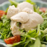 市場から仕入れる豆腐を使ったサラダも人気です